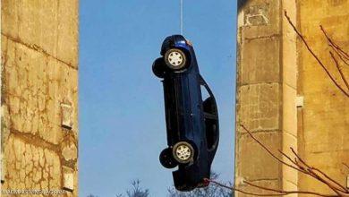 Photo of مفاجأة في كندا.. سيارة تتدلى من أحد الجسور