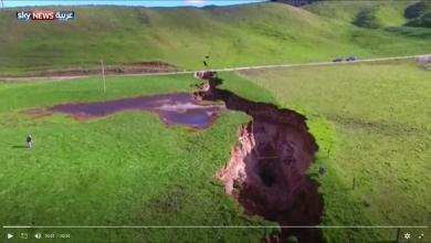 Photo of الأمطار تحدث شقا عميقا وتكشف تاريخا سحيقا (فيديو)