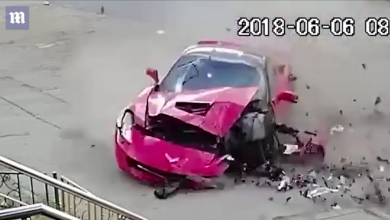"Photo of شاهد.. تحطم سيارة رياضية ونجاة سائقها وشخصين ""محظوظين"""