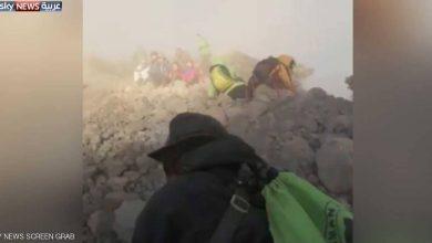 Photo of فيديو يرصد لحظات رعب على جبل إندونيسي ضربه زلزال