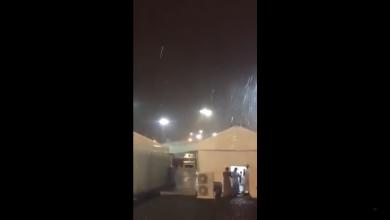 Photo of بالفيديو.. عاصفة رعدية وأمطار قوية تقتلع خيام الحجاج في عرفة