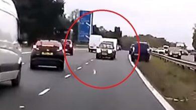 """Photo of بريطانيا : سيارة تجر مقطورة و تتسبب بـ """" أغبى حادث """" ( فيديو )"""