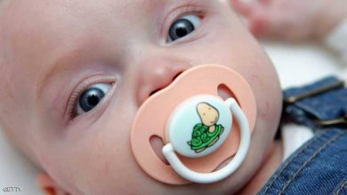 "Photo of في دراسة مفاجئة.. لعق ""لهاية"" الرضيع ضروري لحمايته"