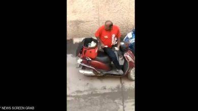 Photo of عامل الديليفري وطلبات الزبائن.. فيديو يرصد الجرم المخجل
