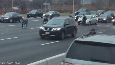 Photo of دولارات تتطاير على طريق سريع.. وحوادث بسبب جامعي الأموال (فيديو)