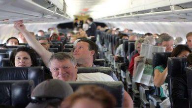 Photo of عالم يحذر من شرب القهوة والشاي على متن الطائرة