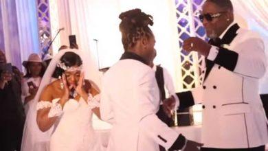 """Photo of بالفيديو.. يلقي 100 ألف دولار """"نقوطا"""" في حفل زفاف والدته"""