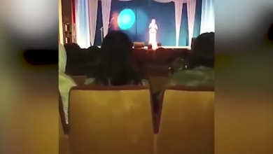 Photo of مطربة روسية تـنـ.ـهـا ر على المسرح ( فيديو )
