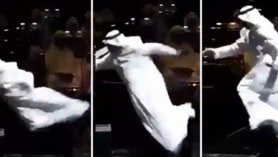 Photo of سقوط مؤلم للفنان الكويتي عبد الله الرويشد خلال حفل في الكويت ( فيديو )