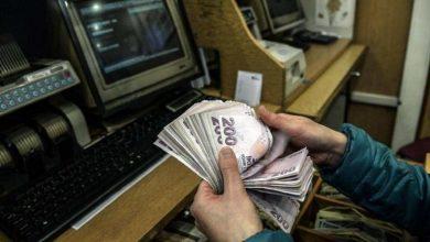 Photo of تركهم في حيرة.. شخص غامض يوزع المال تحت أبواب المنازل في هذه الدولة