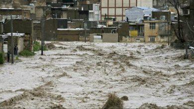 "Photo of معمم إيراني يُلقي حفنة من ""تراب كربلاء"" لوقف السيول والفيضانات (فيديو)"