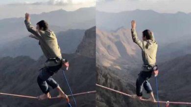 Photo of مغامر حافي القدمين يسير على حبل يصل جبلين شاهقين بالسعودية (فيديو)