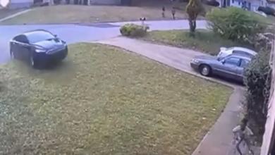 Photo of معجزة حقيقية تنقذ طفلة دهستها سيارة بسرعة جنونية! (فيديو)