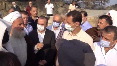 """Photo of متضررون يطالبونه بـ """" خراطيم مياه """" ! .. بشار الأسد يزور قرية طالتها الحرlئق في اللاذقية ( فيديو )"""